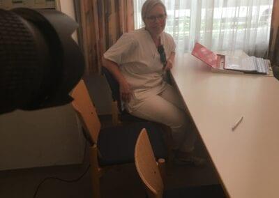 Krankenpflegerin beim Dreh eines Imagefilms